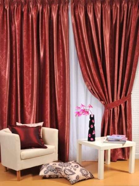 бордовые атласные шторы в интерьере гостиной
