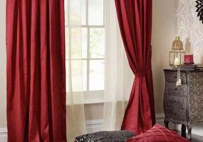 бордовые шторы в интерьере гостиной