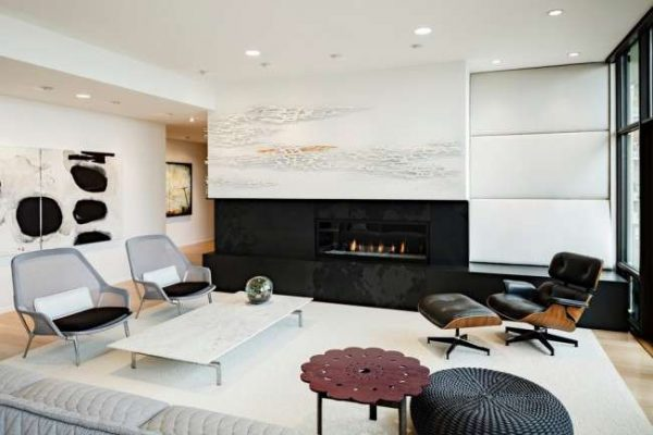 современная мебель в интерьере черно-белой гостиной