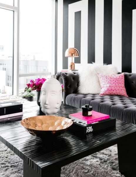 розовый декор в интерьере черно-белой гостиной