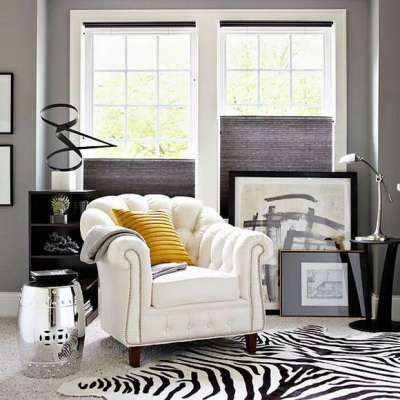 яркий декор в интерьере черно-белой гостиной