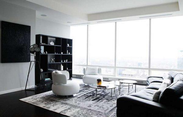 белые кресла в интерьере черно-белой гостиной