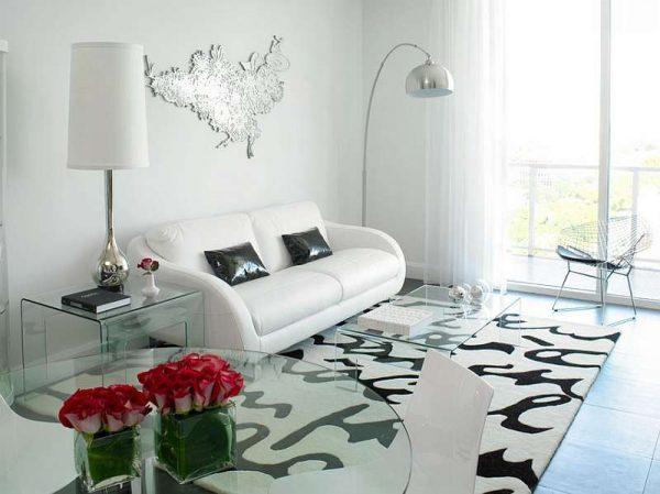 белый диван в интерьере черно-белой гостиной