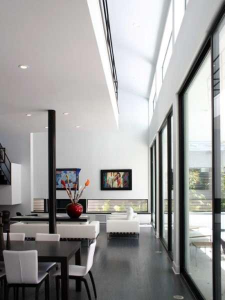 просторная гостиная в черно-белых тонах