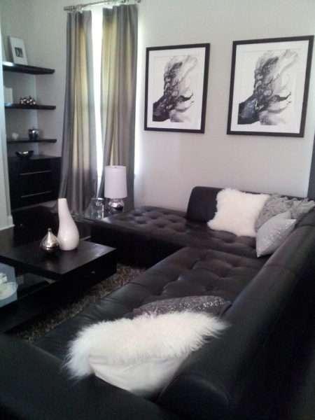 угловой кожаный диван в интерьере черно-белой гостиной