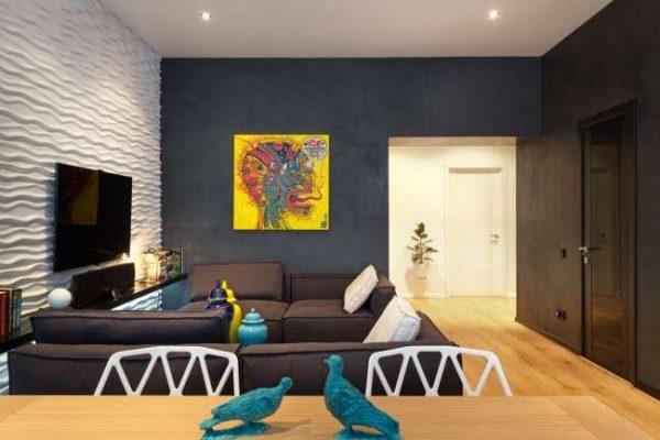 черно-белая гостиная с яркими цветами