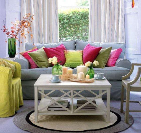 интерьер гостиной с журнальным столиком