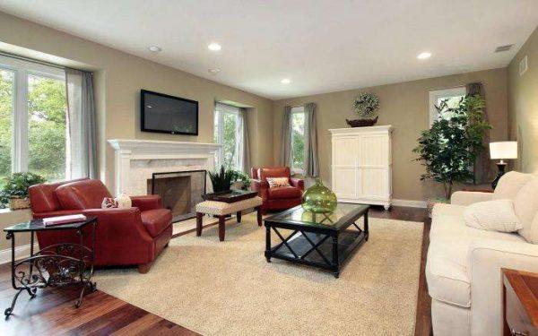 интерьер светлой гостиной с красными креслами
