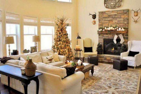 светлая гостиная просторная с камином