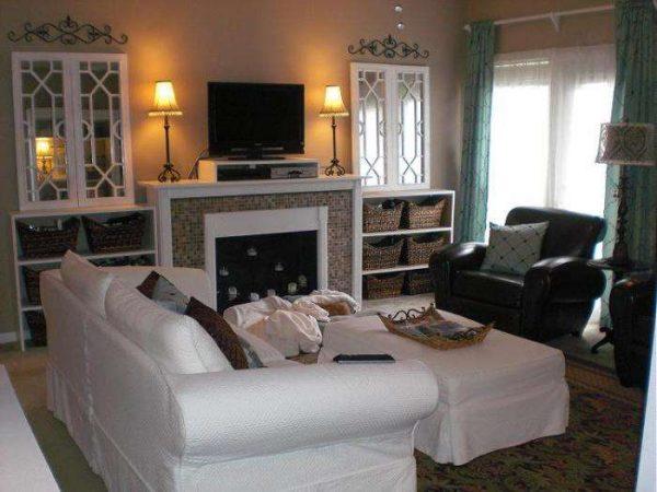 белая мебель в гостиной с камином
