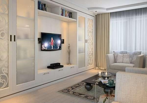 в интерьере гостиной белая модульная стенка