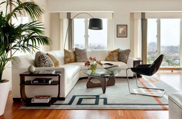 интерьер гостиной белый угловой диван