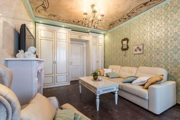 потолок в гостиной в классическом стиле