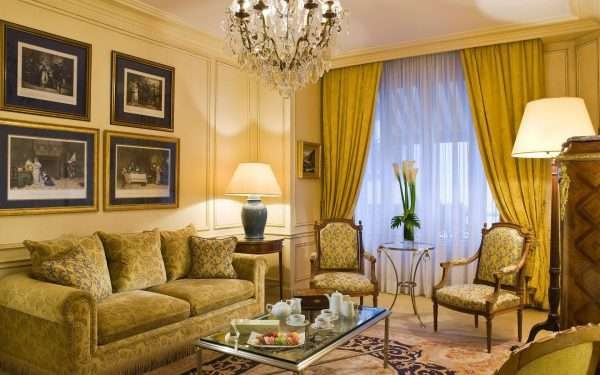 картины на стене гостиной 17 кв.м. в классическом стиле