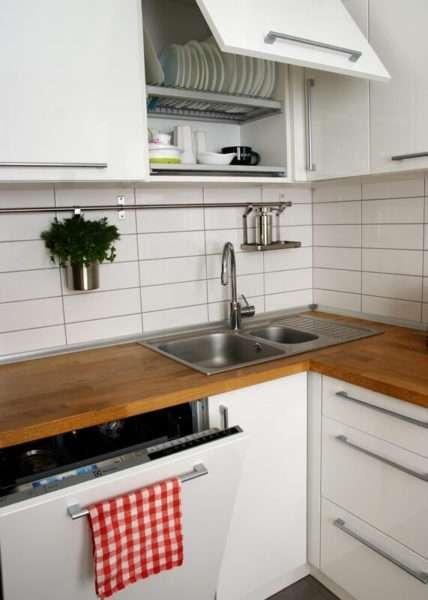 Гостиная совмещенная с кухней с дубовой столешницей