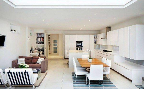интерьер кухни гостиной 13 кв. м с белой мебелью