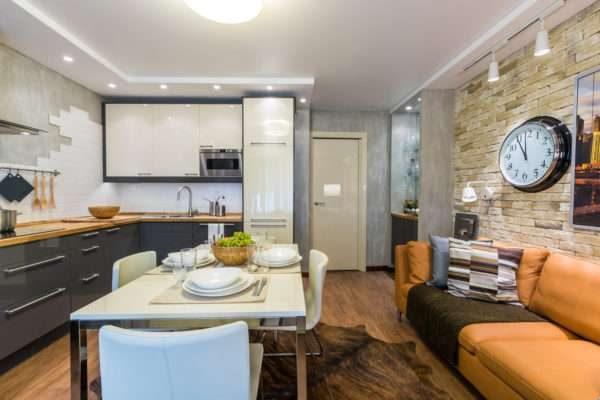 оранжевый диван в интерьере кухни гостиной 14 кв. м.