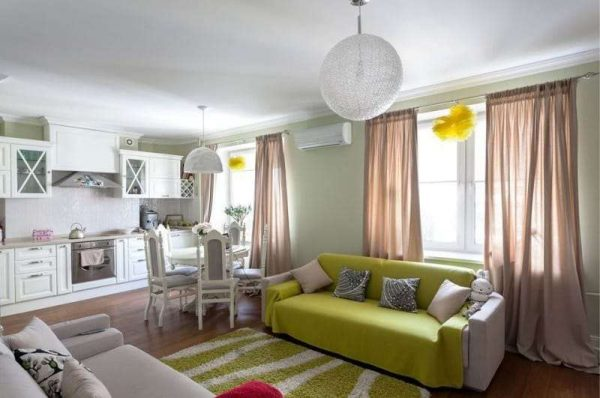 зонирование на открытом пространстве, благодаря цвету в интерьере кухни гостиной 17 кв. м