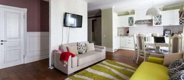 стильные диваны в интерьере кухни гостиной 17 кв. м в зоне отдыха