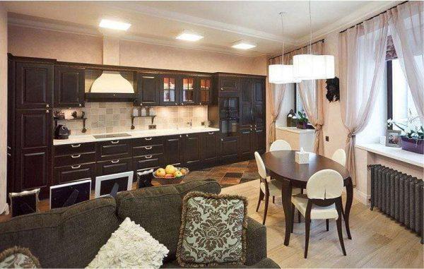коричневая мебель из дерева в интерьере кухни гостиной 17 кв. метров