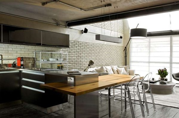 белый интерьер в гостиной совмещённой с кухней