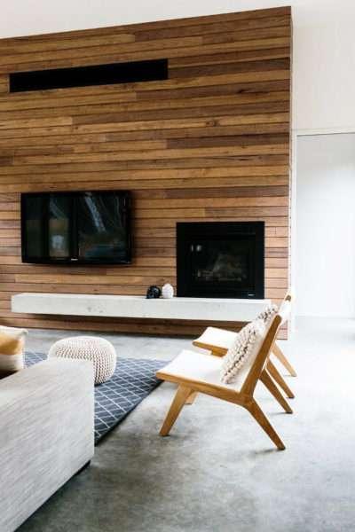 деревянные панели на стене в интерьере современной гостиной