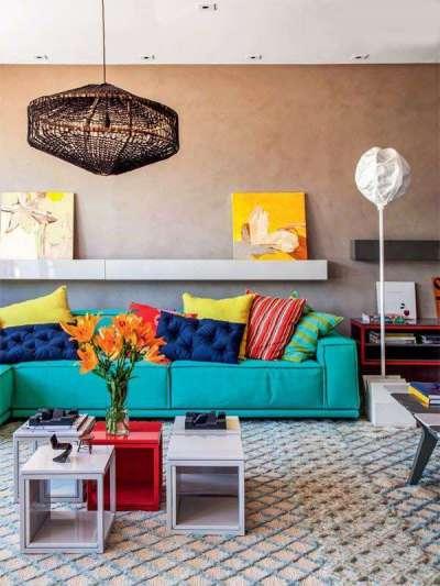 яркий диван в интерьере современной гостиной