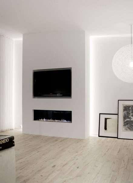 телевизор на белой стене