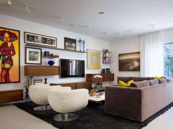 телевизор в интерьере гостиной на стене с картинами