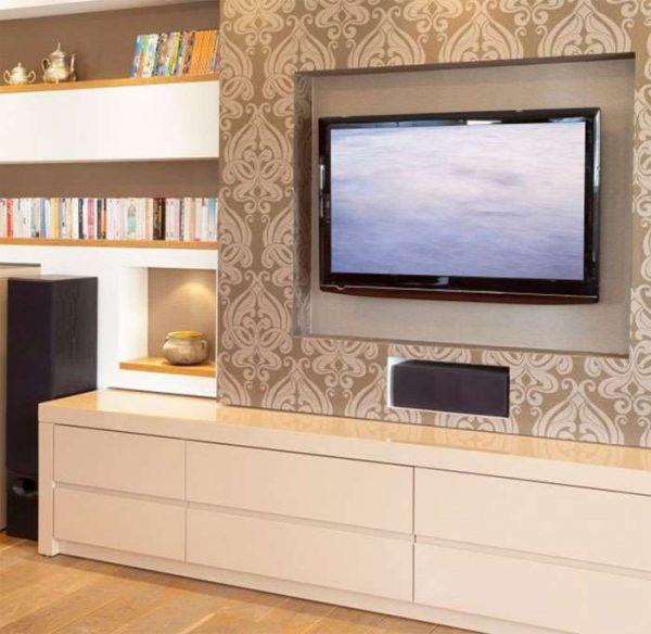 телевизор в интерьере гостиной на стене с обоями