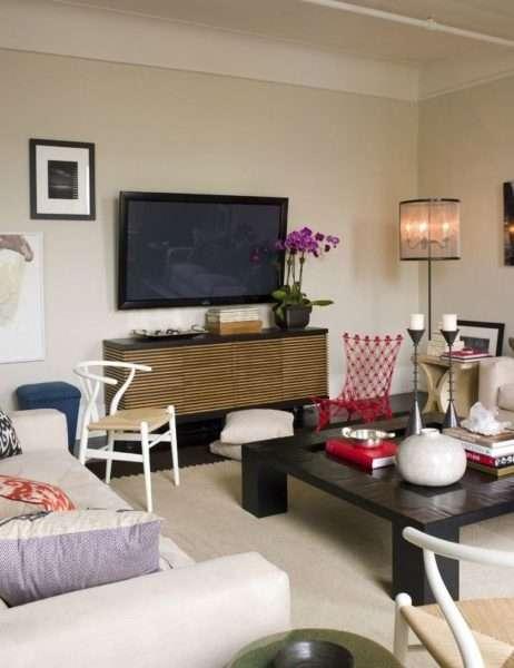 телевизор в гостиной на стене