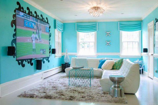 телевизор в интерьере голубой гостиной