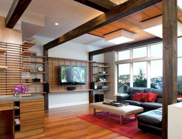 телевизор в интерьере гостиной на стене с декором деревянными планками