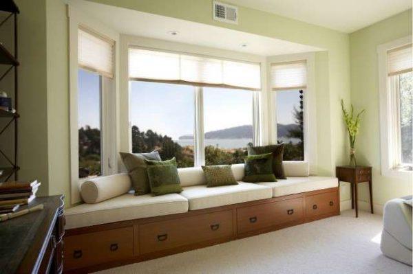 диван для отдыха в интерьере гостиной с эркером
