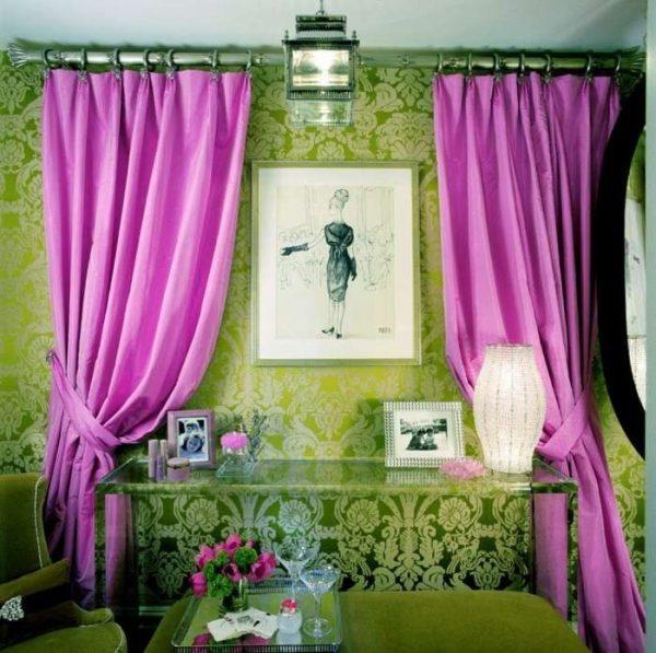 фиолетовые шторы на фоне зелёных стен гостиной