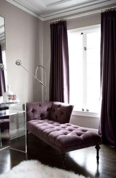 тёмные фиолетовые шторы в интерьере гостиной