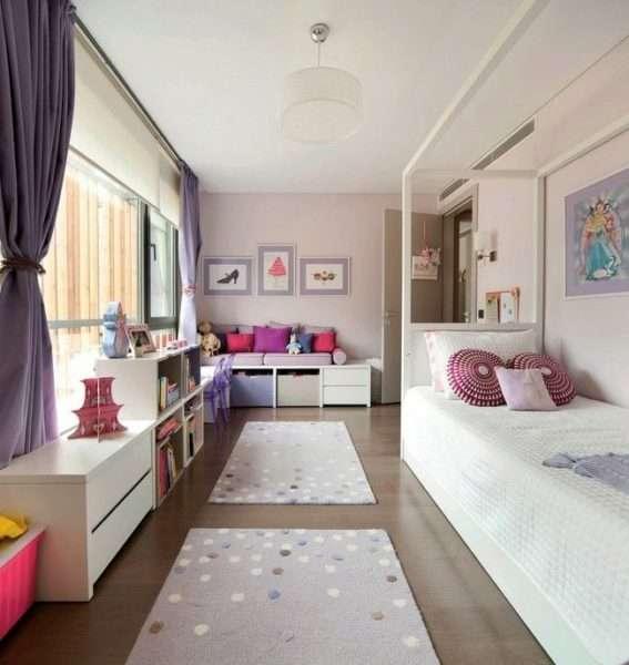 фиолетовые шторы в интерьере белой гостиной