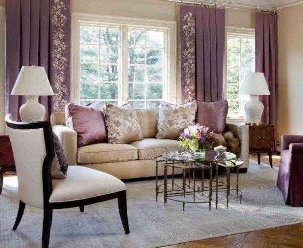 фиолетовые шторы с узором в интерьере гостиной