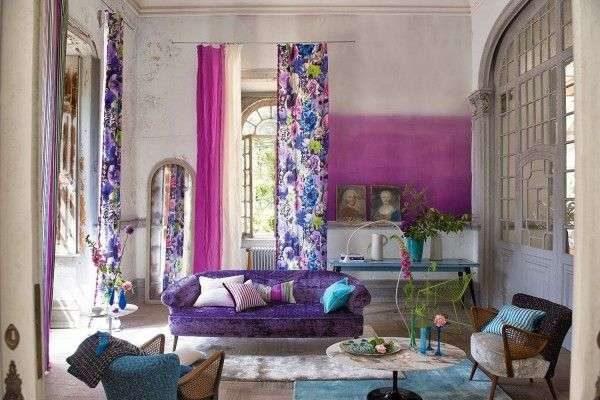 яркие фиолетовые шторы с цветочным принтом в гостиной