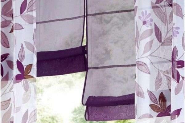 рулонные фиолетовые шторы с тюлью в интерьере гостиной