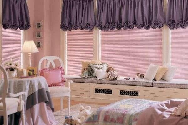 короткие фиолетовые шторы в интерьере гостиной