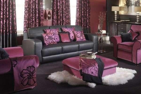 фиолетовые шторы с чёрным узором в интерьере гостиной