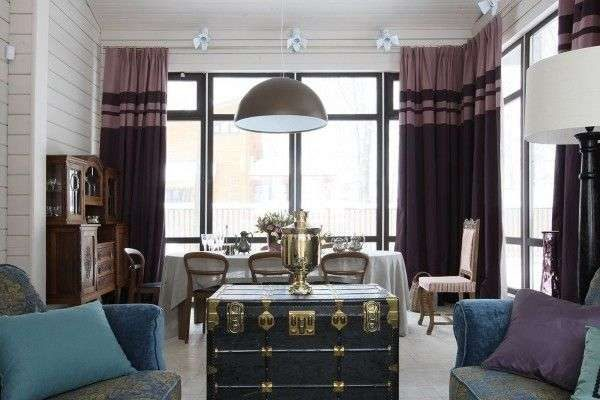 фиолетовые шторы двух оттенков в интерьере гостиной