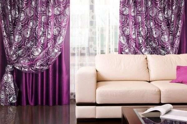 фиолетовые шторы с перозрачной тюлью в интерьере гостиной