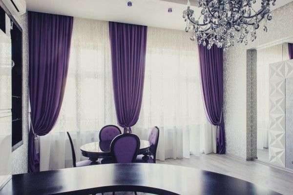 фиолетовые шторы в интерьере гостиной у обеденной зоны