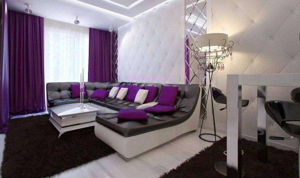 фиолетовые шторы в интерьере гостиной, совмещённой с кухней