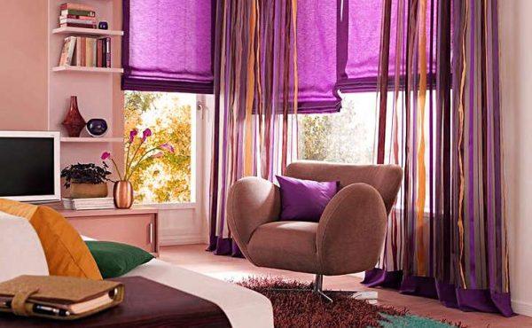 фиолетовые шторы в гостиной в сочетании с жёлтым
