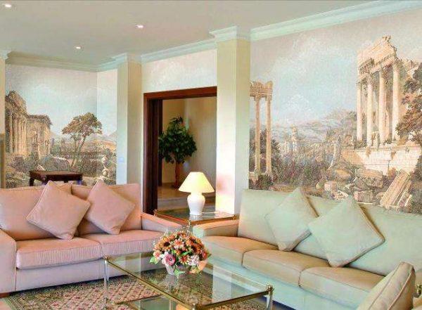фреска с пейзажами Древнего Рима в интерьере гостиной