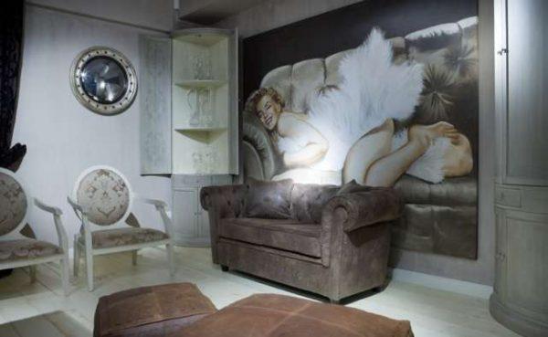 фреска с девушкой в интерьере гостиной