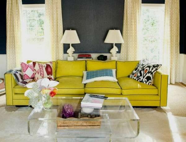 гостиная с двумя окнами и жёлтым диваном